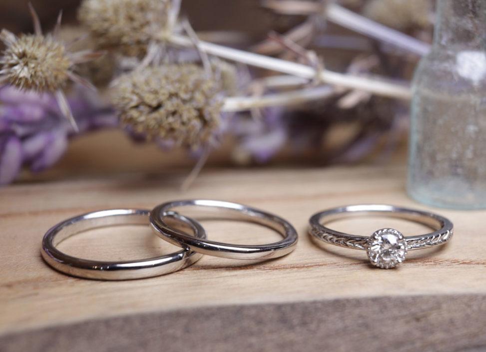 結婚指輪はシンプル、婚約指輪はクラシカルなデザインで